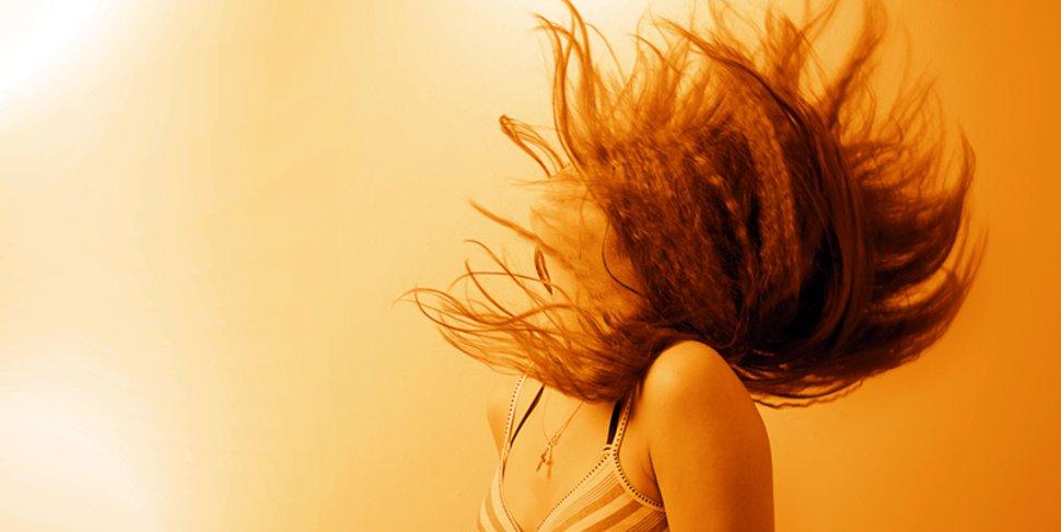 9ef6b2d496-donna-capelli-al-vento