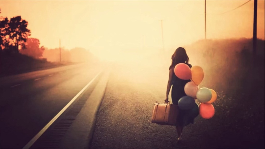 mujer-caminando-tren
